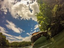 在一个湖的划船山的 免版税库存图片