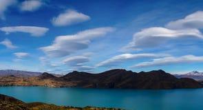在一个湖的双突透镜的云彩托里斯的del潘恩在巴塔哥尼亚,智利远足 库存图片