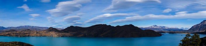 在一个湖的双突透镜的云彩托里斯的del潘恩在巴塔哥尼亚,智利远足 图库摄影