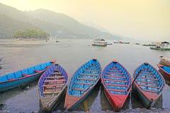 在一个湖的小船在亚洲 免版税库存照片