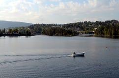 在一个湖的小船在挪威 免版税库存照片