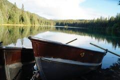 在一个湖的小船在贾斯珀国家公园 免版税库存图片