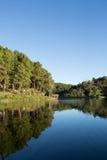 在一个湖的平静的风景,有充满活力的天空的 免版税库存图片