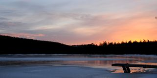 在一个湖的日出在拉普兰 免版税库存照片