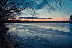 在一个湖的日落在马尔伯勒,马萨诸塞 免版税库存照片