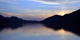 在一个湖的日落奥地利山的 免版税库存图片