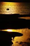 在一个湖的日落有沙丘的 免版税库存照片