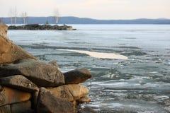 在一个湖的春天风景有岸的 免版税库存图片