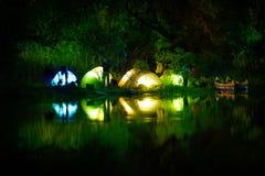 在一个湖的有启发性帐篷有反射的 免版税库存图片