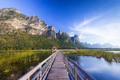 在一个湖的木桥在山姆Roi Yod国家公园 免版税库存照片