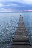 在一个湖的码头在几乎夜之前 免版税库存图片