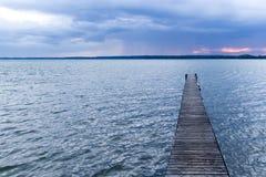 在一个湖的码头在几乎夜之前 免版税图库摄影