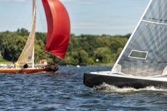 在一个湖的经典航行游艇赛船会的 库存照片