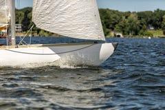 在一个湖的经典航行游艇赛船会的 免版税库存图片