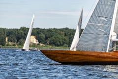 在一个湖的经典航行游艇赛船会的 库存图片