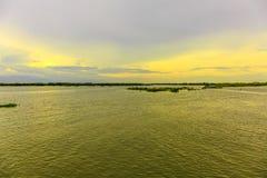 在一个湖的美丽的天空在一个安静的晚上 库存图片