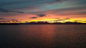 在一个湖的美好的五颜六色的日落在阿拉斯加 免版税库存照片