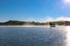 在一个湖的薄雾在清早 库存图片