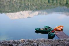 在一个湖的靠码头的小船有木浮船的 免版税库存照片