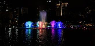 在一个湖的音乐喷泉夜kualampur的,马来西亚, 2017年 免版税图库摄影