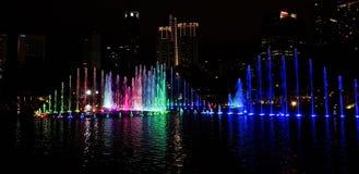 在一个湖的音乐喷泉夜kualampur的,马来西亚, 2017年 免版税库存照片