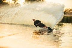 在一个湖的Wakeboarding与飞溅 免版税库存照片