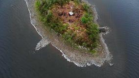 在一个湖苏格兰高地的-空中寄生虫飞行中间的小海岛 股票录像