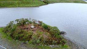 在一个湖苏格兰高地的-空中寄生虫飞行中间的小海岛 影视素材