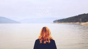 在一个湖附近的妇女与跟随您的梦想文本 影视素材