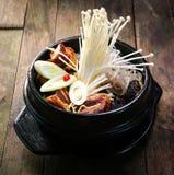 在一个火炉的储蓄罐与菜enokitake和牛肉 库存照片