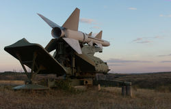 在一个火箭发射器的导弹在黄昏 免版税库存图片