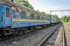 在一个火车站的老铁路支架 免版税图库摄影