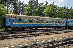 在一个火车站的老铁路支架 库存照片