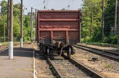 在一个火车站的老铁路支架 免版税库存照片