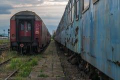 在一个火车站的被放弃的火车无盖货车 免版税库存图片