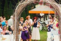 在一个灰色婚礼法坛后的客人立场 免版税库存图片