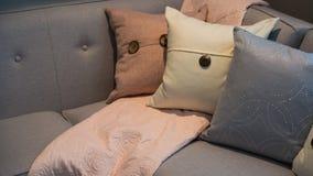 在一个灰色现代壁角沙发的枕头 免版税库存图片
