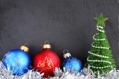 在一个灰色背景的圣诞节装饰 贺卡或墙纸的圣诞节背景 免版税库存图片