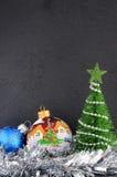 在一个灰色背景的圣诞节装饰 贺卡或墙纸的圣诞节背景 库存照片