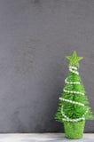 在一个灰色背景的圣诞节装饰 贺卡或墙纸的圣诞节背景 免版税库存照片