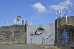 在一个灰色钢门的街道画, Doel,比利时 免版税库存图片