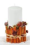 在一个烛台的圣诞节白色蜡烛从桂香隔绝了o 免版税库存照片