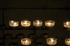 在一个烛台的灼烧的蜡烛在教会里 免版税图库摄影