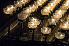 在一个烛台的灼烧的蜡烛在教会里 库存图片
