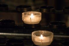 在一个烛台的灼烧的蜡烛在教会里 库存照片