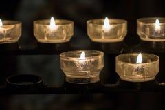 在一个烛台的灼烧的蜡烛在教会里 免版税库存图片