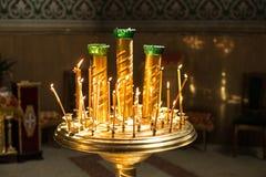 在一个烛台的灼烧的蜡蜡烛在教会里 库存照片