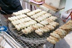 在一个烤肉格栅的烤pisang awak香蕉在Tha Phra陈,曼谷,泰国的出售的 库存照片