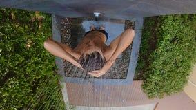 在一个热带庭院里洗澡年轻人的慢动作射击 在一个热带手段概念的假日 ?? 股票录像