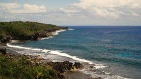 在一个热带海岛上的多岩石的海滩 菲律宾, Siargao 免版税库存照片